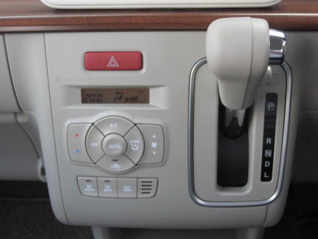 ハンドル左側にシフトレバーが付いているインパネシフトです。エアコンはオートエアコンです