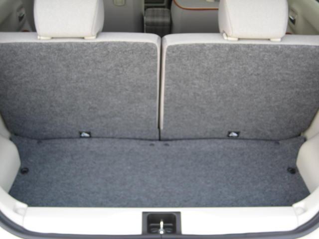 リヤシートを前に倒せば大きな荷物も積載可能です。分割シートですので半分だけ倒すこともできます