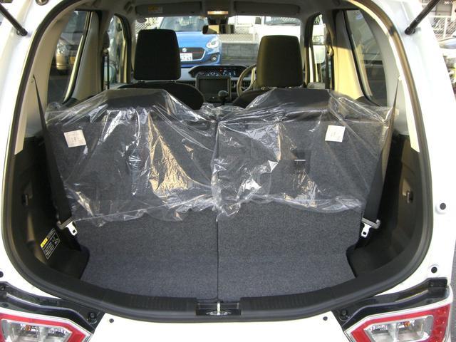 写真は後席を後ろまで下げた状態です。この状態では荷室は狭いですが、後席を前に移動させたり前方に倒すことによって広くすることが出来ます。