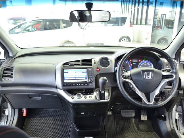 ステアリング周りの画像です。窓も広く角度も車外が見渡しやすく作られております。視界も確保され、尚且つスタイリッシュにデザインされているので運転もしやすいですよ♪
