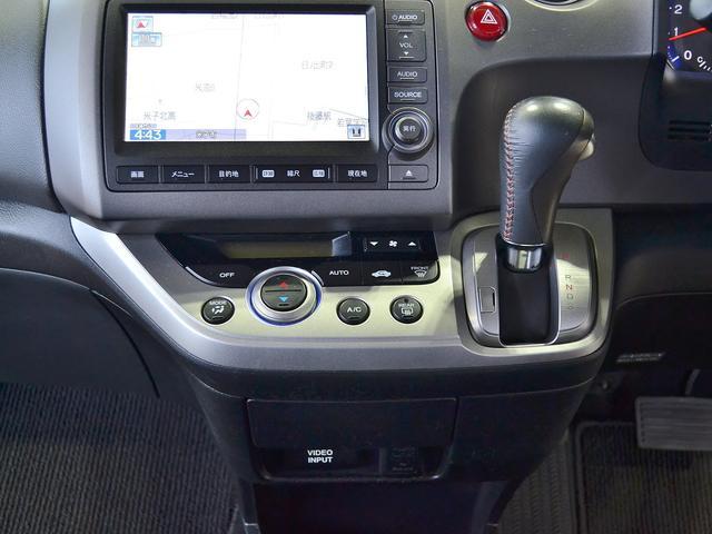 シフトレバーをインパネ部に設置することで、視認性、操作性にも優れ、運転席と助手席の足元が広く、横の行き来もスムーズに行えます☆助手席側から乗り込んで運転席へ、といった事も可能ですよ!