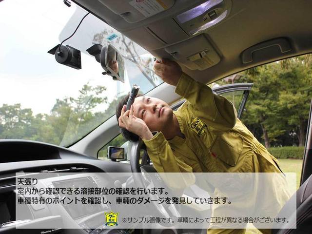 室内から確認できる溶接部位の確認を行ないます。車種特有のポイントを確認し、車輌のダメージを発見していきます。
