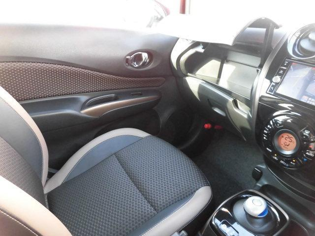 長距離運転に便利、快適アームレスト搭載!