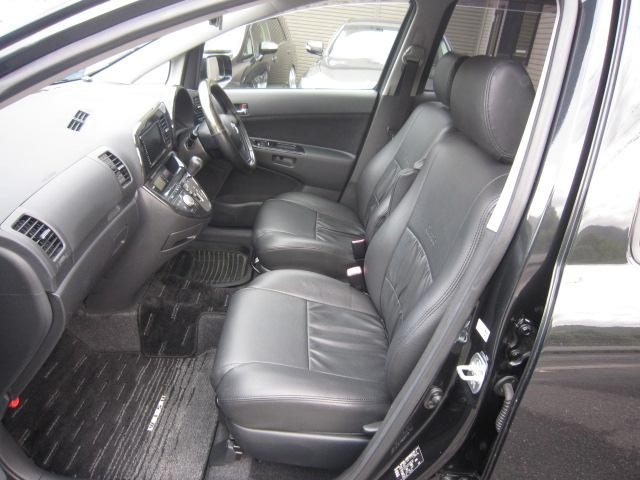 助手席内/黒革調シートカバー付。