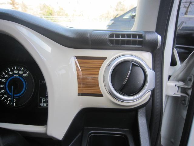 エアコン吹き出し横に純正OPのウッドデカール貼り。左側カメラ。県外納車&全国納車OK。