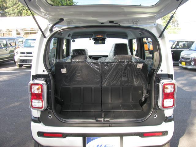 リヤシートを倒すと、広い荷物スペースになります。