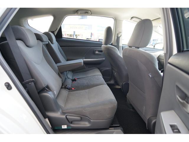 後部座席は足元もゆったりと乗車できるスペース☆アームレストを装備しているので快適に乗車頂けます☆
