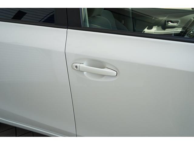 スマートキーを携帯した状態でアウタードアハンドルを握ると解錠、センサーに触れると施錠ができます☆