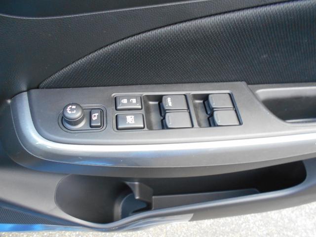 パワーウィンドウは運転席で集中操作できます!電動格納式リモコンドアミラーですので、ミラーの調整もこちらで。