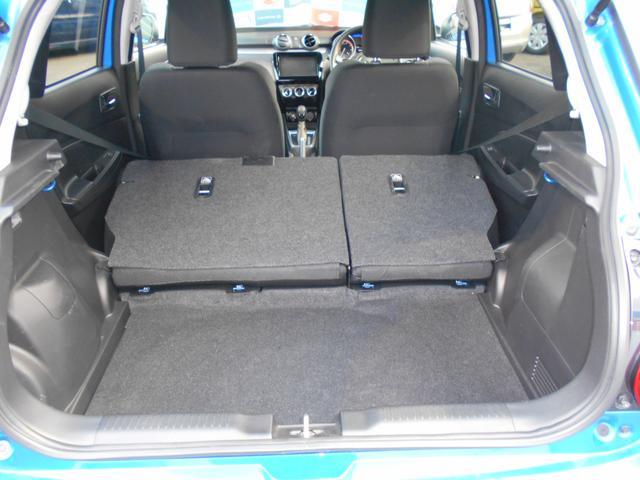 リヤシートの背もたれを倒せば、広々スペースが出現!大きな荷物も気兼ねなく積めちゃいます!!