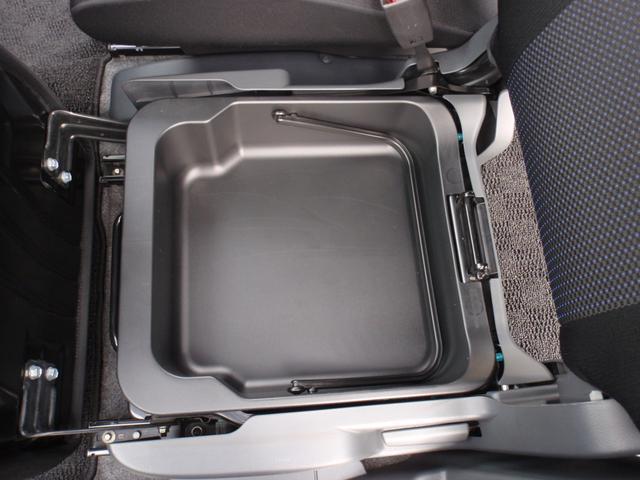 助手席シートの下にも収納BOXあります!!