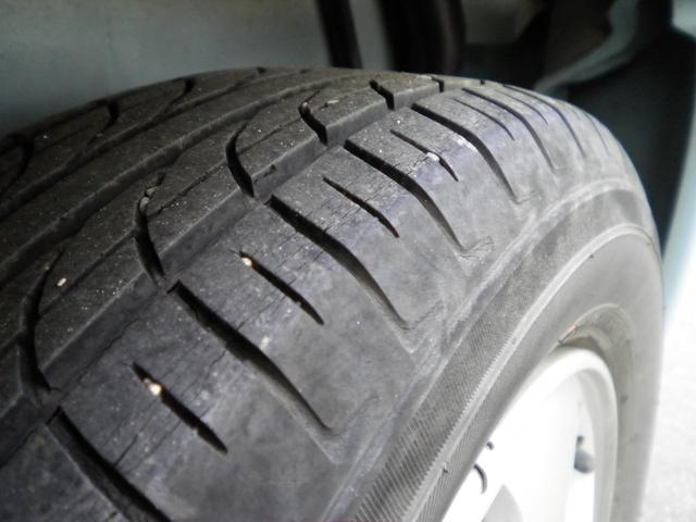 タイヤ溝はございますが、ひび割れがございますので、4本ブリジストン製の物に新品交換してお渡しいたします。