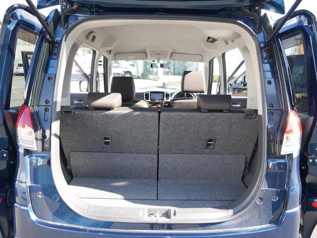 荷室の広さも十分です。後部座席は前後にスライドしますので荷物が多い時にも便利ですよね。