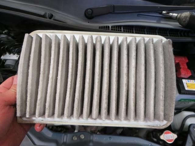 エンジンに空気を取り入れる部分のろ過装置、エアクリーナー(エアフィルター)です。汚れているので交換しておきます。