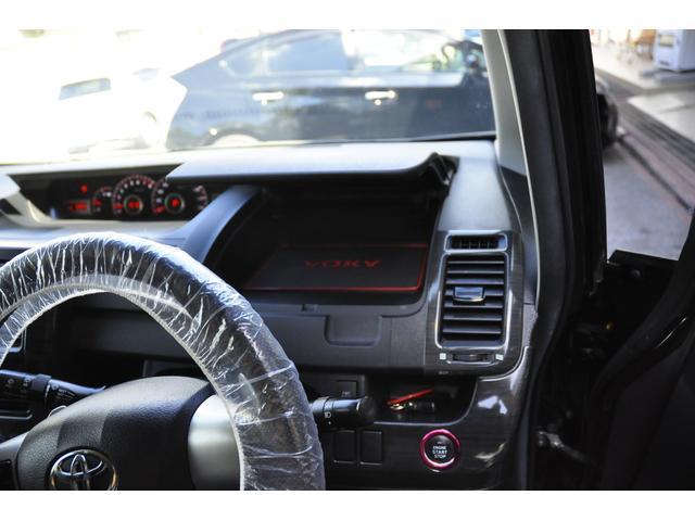 運転席正面の収納スペースは便利です。