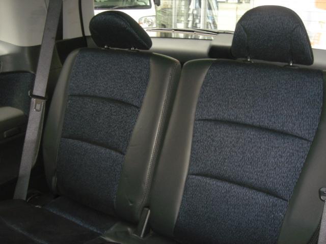 三列目シートです席を倒すとトランクがとても広くなります
