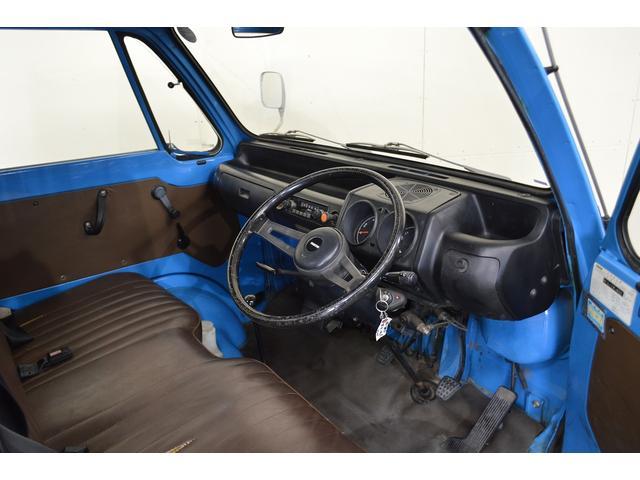 【運転席】ベンチシートなので、意外と室内でゆったり座っていただけます!!