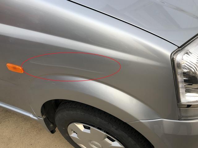 運転席側フェンダーに線傷があります。
