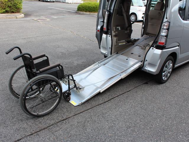 福祉車両 スローパー 車いす一基積み 4人乗車 手動固定(3枚目)