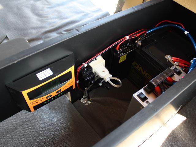 サブバッテリー、走行充電、コンバーターなど装備も充実しております♪