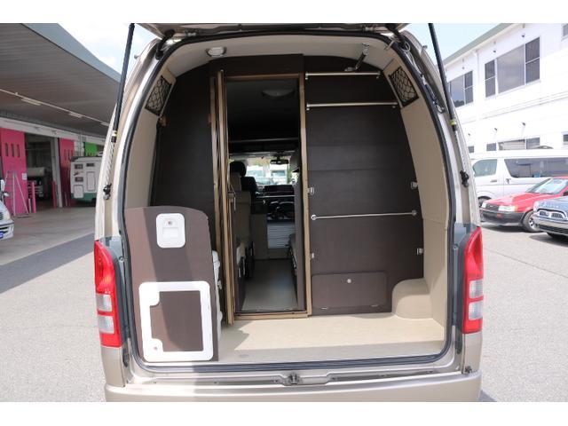 車両のリアはトイレスペースや荷室になっております!