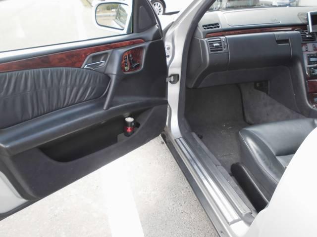 メルセデス・ベンツ M・ベンツ E240ステーションワゴン サンルーフ 黒革シート 7人乗り