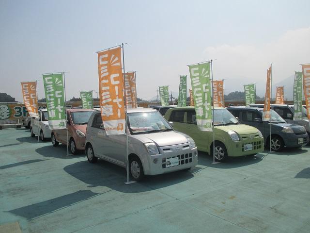屋上は低価格コーナーです♪総額45万円までのお車を展示しております♪そのほかにバンやトラックもございます♪