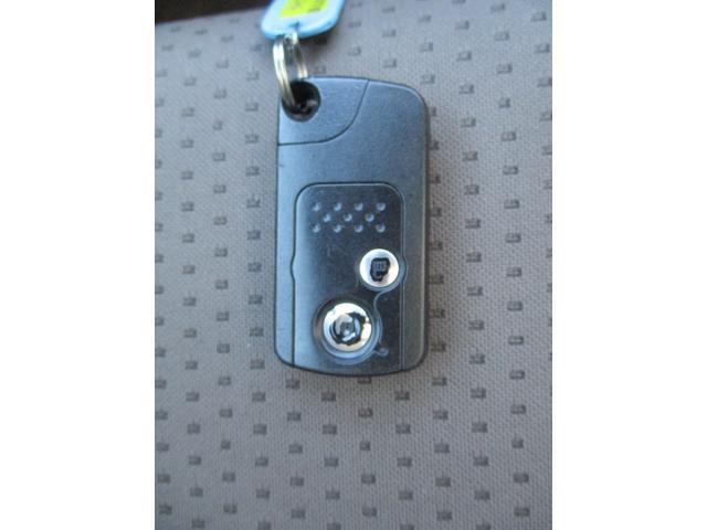 【スマートキー】かばんやポケットに携帯するだけで、ドアの開け閉め・エンジンの始動が可能です。また、ボタン操作でもドアの開け閉めが可能です。