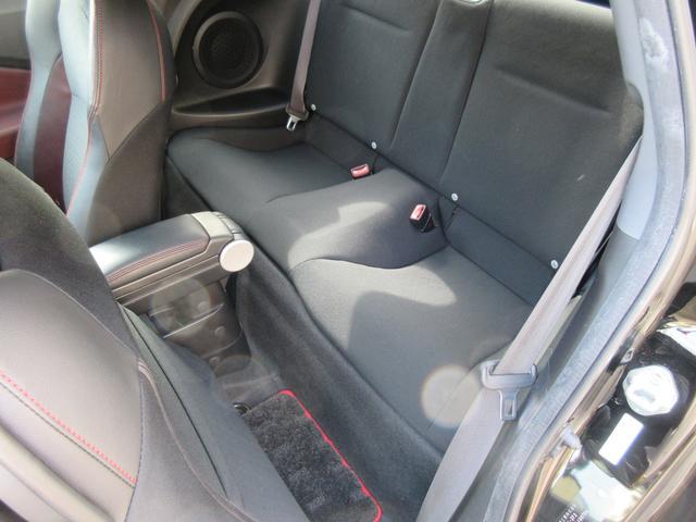 スポーツクーペですが後部座席もしっかりと♪見た目は狭そう?いえいえ、実は充分大人が乗れるスペースです。快適なドライブをお楽しみ下さい♪ルームクリーニング済みです☆