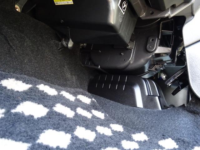 こだわりクリーニング7か条 其の参.シートクリーニング ◇全てのシートを取り外し、掃除機や日常のお手入れでは手が届きにくい隙間も 専用洗剤を使い専用機器にて、くまなくクリーニングいたします。