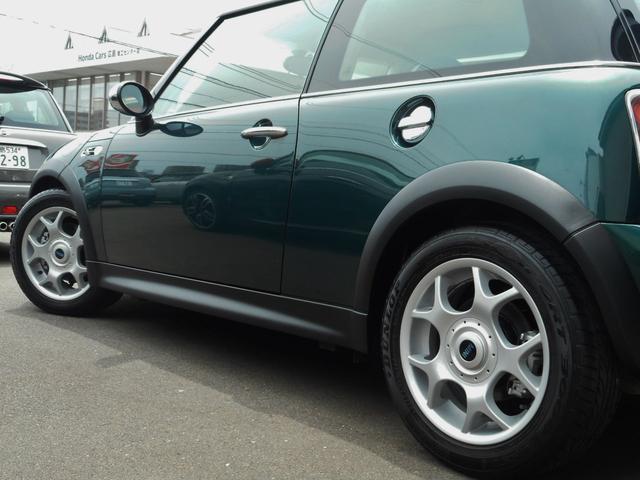 サイドスタイルもこんな感じで、大変きれいな、ブリティシュグリーンの車体ですよ