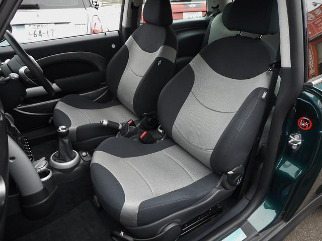 ブラック&グレーのツートンカラーのスポーツシートも、大きなダメージ等無く、納得のコンディションです、もちろん禁煙車、コゲや破れ等はありません
