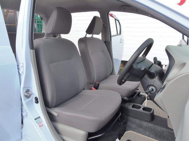 運転席・助手席の間にスペースがあるので運転手も同乗者もゆったり出来ますね!