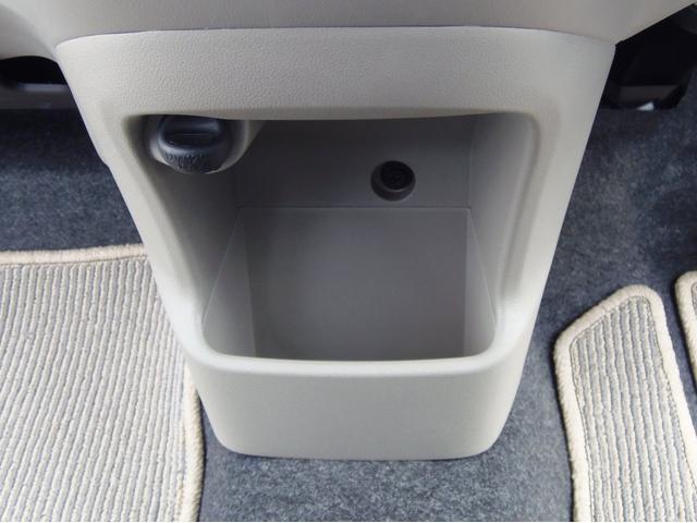 運転席・助手席のどちらからでも使える小物入れは便利ですね!