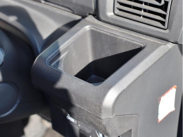 こちらは運転席側のドリンクホルダーです。