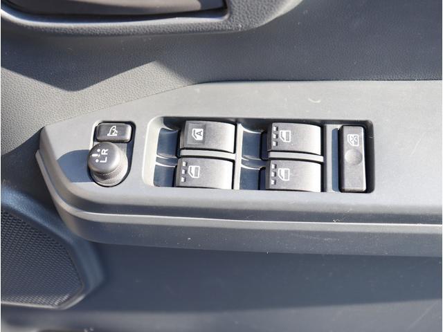 電動格納ミラーが付いておりますのでボタン一つでミラーの格納が出来ます。