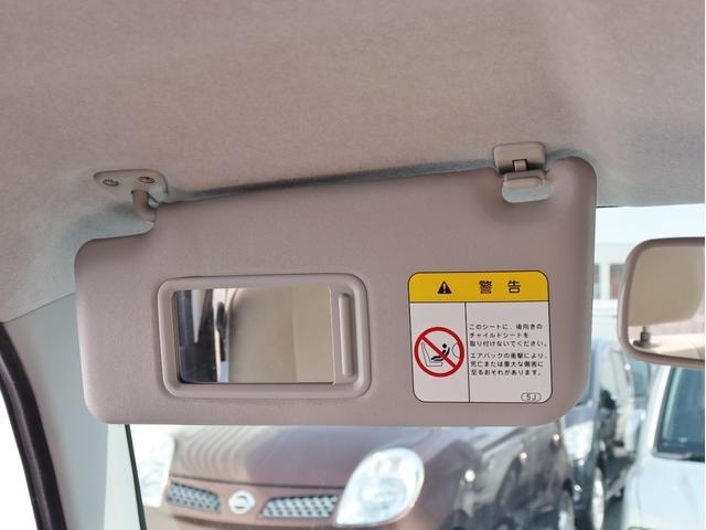 助手席側のサンバイザーにも鏡がついておりますので、同乗者の方もご利用出来ます!