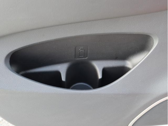 後部座席ドア側にドリンクホルダーが付いておりますので同乗者の方も使って頂けます。