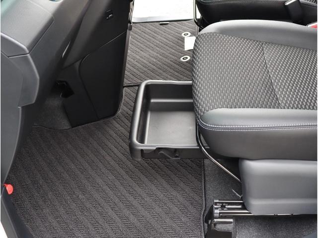 助手席側の足元に格納式の収納スペースがあります。