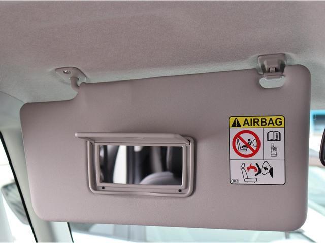 助手席側のサンバイザーにも鏡がついておりますので、同乗者の方もご利用頂けます。