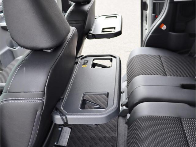 運転席・助手席シート裏に格納式の簡易テーブルが付いております。