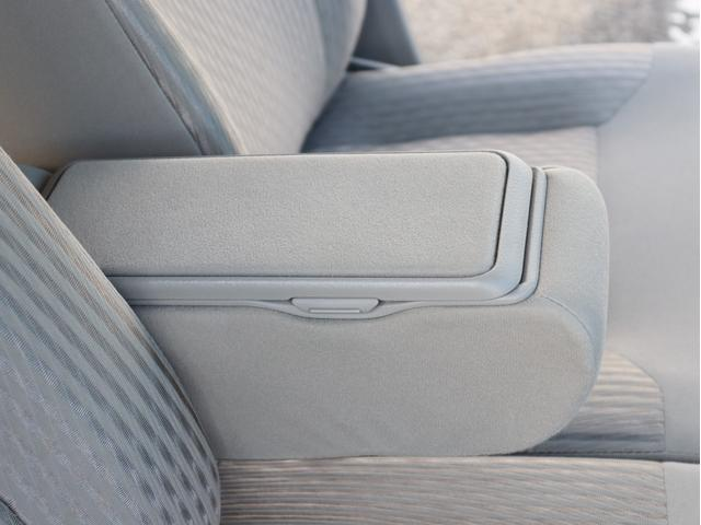 運転席・助手席の間に肘置きがあるのでリラックスして運転出来ますね!