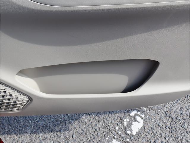 運転席ドア側に小物入れがあります。