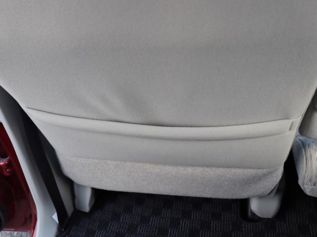 助手席側のシート裏に書類などしまえそうな収納スペースがありますね!