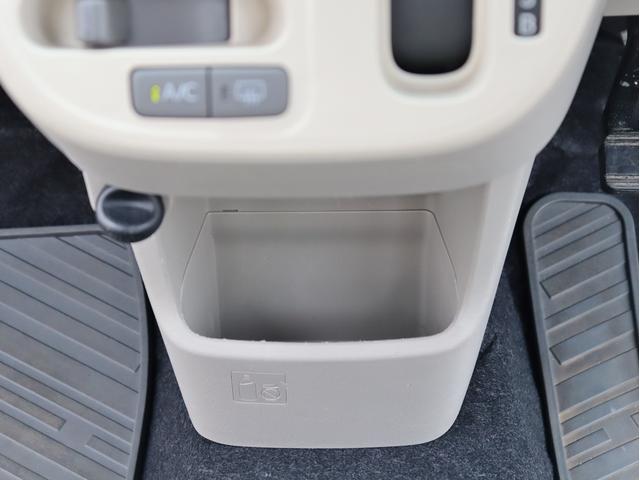 運転席から手の届くところに小物入れがあるのは嬉しいですね!
