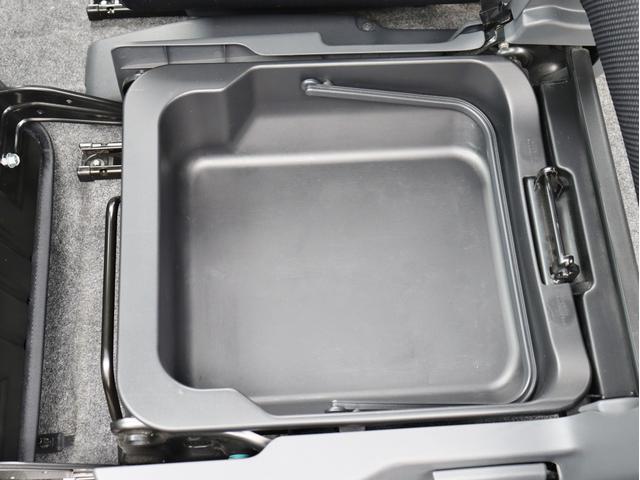 助手席の座面を開けると下には収納スペースがあります、荷物がたくさん収納出来て嬉しいですね!