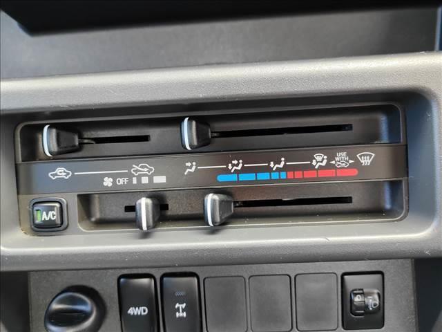スタンダード 農用スペシャル 5速マニュアルミッション 切り替え4WD デフロック 純正CDオーディオ AUX ETC 荷台ライト エアコン エアバック パワーステアリング 純正ドアバイザー 純正ゴムフロアマット 人気のブラック(13枚目)