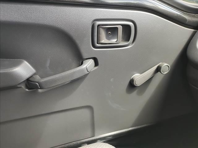 スタンダード 農用スペシャル 5速マニュアルミッション 切り替え4WD デフロック 純正CDオーディオ AUX ETC 荷台ライト エアコン エアバック パワーステアリング 純正ドアバイザー 純正ゴムフロアマット 人気のブラック(18枚目)
