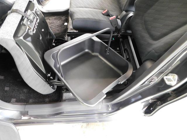 助手席下の小物入れは取り外し可能で、そのまま車外に持ち出せるのです♪