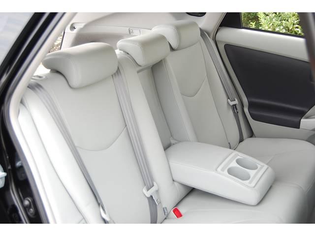 ■ 最上級グレードGツーリング白レザーパッケージは、同じプリウスの中でも高級感が一味も二味も違うのは、写真を見ればうなずけます!! しかも、特殊クリーニング施工済み車両です!!